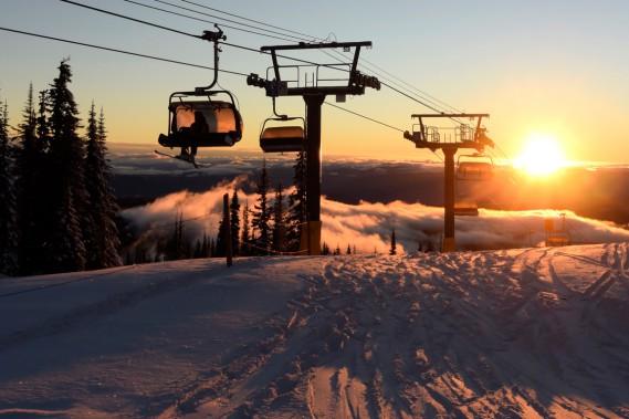 Au sommet, on admire le ciel parfaitement bleu, les montagnes à perte de vue, la neige qui reflète les lueurs du soleil et les arbres croulant sous la neige. (Photo Bernard Brault, La Presse)