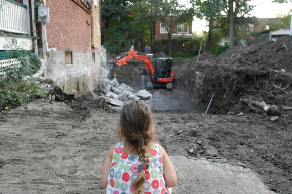 Septembre 2013. Les travaux de rénovation et d'agrandissement de la maison de Maude Leblond et de son conjoint Sébastien Dorais ont commencé. La démolition d'anciennes rallonges ainsi que l'excavation pour les nouvelles fondations sont en cours. Raphaëlle, alors âgée de 4 ans, surveille la pelle hydraulique. (PHOTO FOURNIE PAR MAUDE LEBLOND)