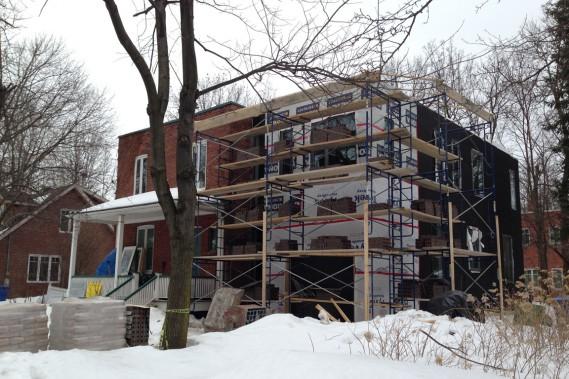 L'état du chantier du couple Leblond-Dorais, en mars 2014. Les échafaudages sont montés et la brique sera installée sous peu. (Photo fournie par Maude Leblond)