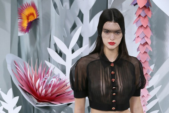 Kendall Jenner, la soeur de Kim Kardashian, porte un chemisier noir vaporeux qui laisse voir le nombril. (Photo Jacques Brinon, AP)