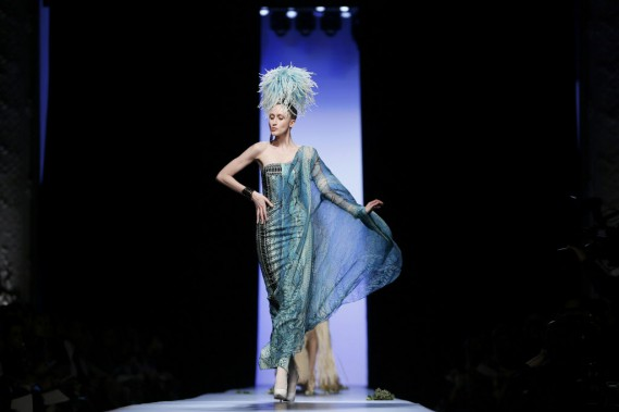 Les applaudissements ont accompagné tout le défilé haute couture du créateur, qui a arrêté le prêt-à-porter en septembre. (PHOTO GONZALO FUENTES, REUTERS)