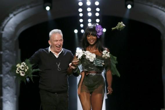 Fermant le bal, Naomi Campbell est le «bouquet final», vêtue seulement d'un body de feuillage et de fleurs, recouvert d'un plastique transparent noué d'un ruban à la taille. (PHOTO GONZALO FUENTES, REUTERS)