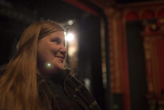 14h30. Sur scène, Sarah discute avec les techniciens du déroulement de la soirée et de l'emplacementdes divers éléments du spectacle. Les techniciens aménagent ensuite la scène et installent les équipements. (PHOTO OLIVIER PONTBRIAND, LA PRESSE)