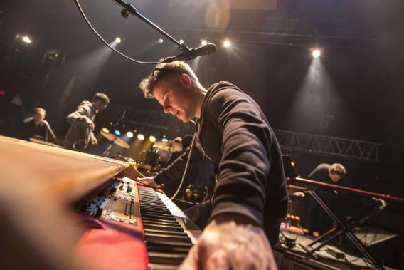 16h. Les musiciens arrivent et préparent leurs instruments. François Richard (clavier), Marc-André Larocque (batterie), Gabriel Gratton (guitare et piano), Guillaume Chartrain (basse), Marianne Houle (violoncelle), Heidi Jutras (choriste) et Annie-Claude St-Pierre (choriste) se réchauffent et procèdent à leurs premiers tests de son. Pendant qu'ils se préparent, Sarah, une tasse de tisane à la main, arpente la salle en continuant sa gymnastique vocale. Pour l'instant, l'ambiance est détendue. (PHOTO OLIVIER PONTBRIAND, LA PRESSE)