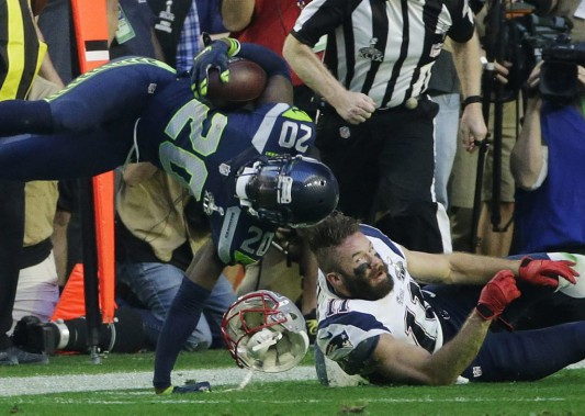 Jeremy Lane (20) et Julian Edelman (11) (PHOTO KATHY WILLENS, ASSOCIATED PRESS)