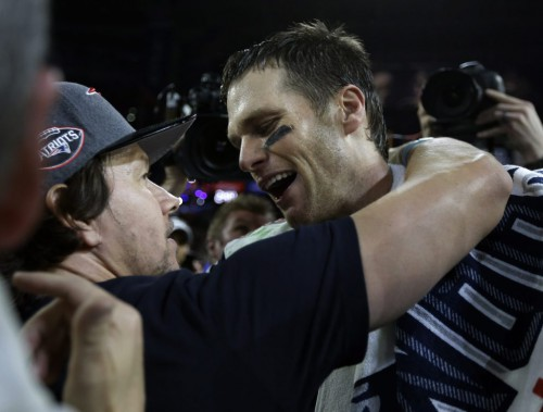 Tom Brady (12) et Mark Wahlberg (PHOTO BEN MARGOT, ASSOCIATED PRESS)
