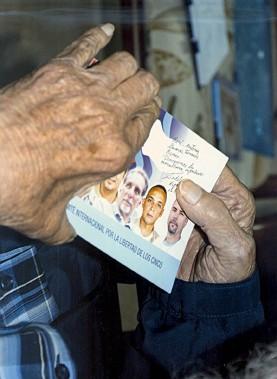Fidel Castro tient une photo où l'on voit le «groupe des Cinq», dont les trois derniers membres qui étaient emprisonnés aux États-Unis ont été libérés dans le cadre des rapprochements entre Washington et La Havane. (PHOTO REUTERS/CUBADEBATE)
