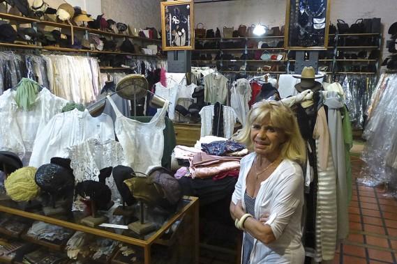 Gil Antiguedades est l'antiquaire le plus épatant de San Telmo. Mme Gil, la propriétaire est aussi passionnée de vêtements, de tissus et de dentelles. (Photo Fabienne Couturier, La Presse)