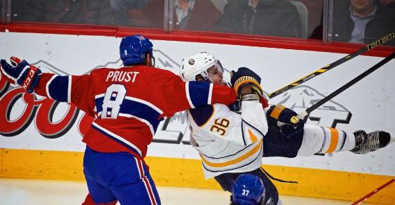 L'attaquant Brandon Prust accroche Patrick Kaleta. (Photo André Pichette, La Presse)