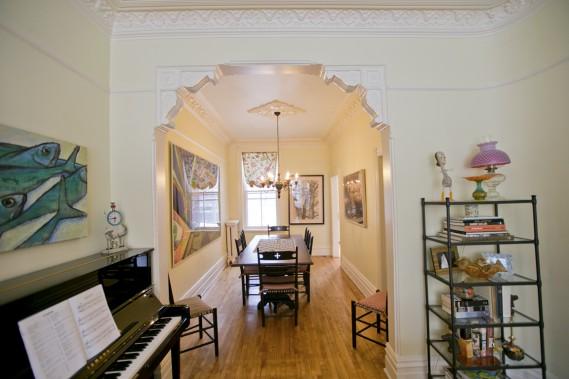 Entre le salon et la salle à manger: une arche par des corbeaux de plâtre. (Photo David Boily, La Presse)