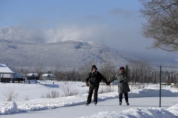 On peut profiter toute la journée du sentier glacé au coeur du village. (Photo Martin Chamberland, La Presse)