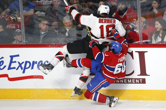 Steve Bernier entre en collision avec Christian Thomas. (PHOTO ROBERT SKINNER, LA PRESSE)
