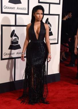 Nicki Minaj a jeté son dévolu sur une des tendances fortes du printemps:les franges. Cette robe noire au décolleté plongeant est de Tom Ford. (AP)