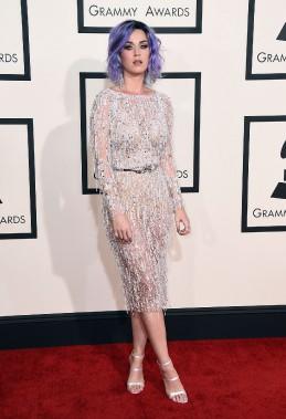 L'art de la suggestion. Sexy,mais sans trop en dévoiler,Katy Perry était très jolie dans cette tenue Zuhair Murad. La chanteuse pop a aussi retrouvé sa chevelure mauve. (AP)