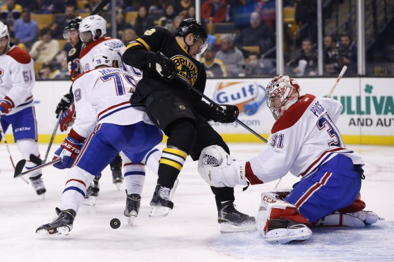 Andrei Markov bataille avec Reilly Smith devant Carey Price. (PHOTO GREG M. COOPER, USA TODAY)