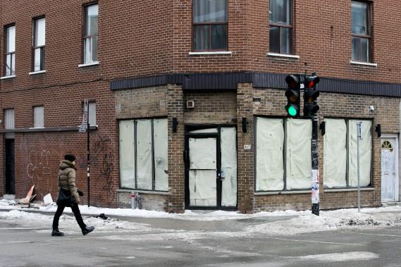 4675, boulevard Saint-Laurent est un des nombreux locaux avec des fenêtres placardées. (PHOTO MARTIN TREMBLAY, LA PRESSE)
