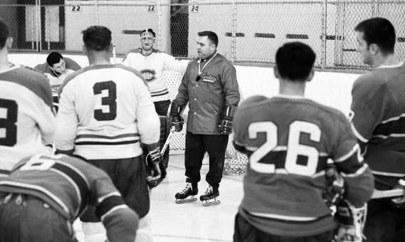 Claude Ruel dirigeant un entraînement du Canadien, le 18 septembre 1968. (Photo Pierre McCann, archives La Presse)