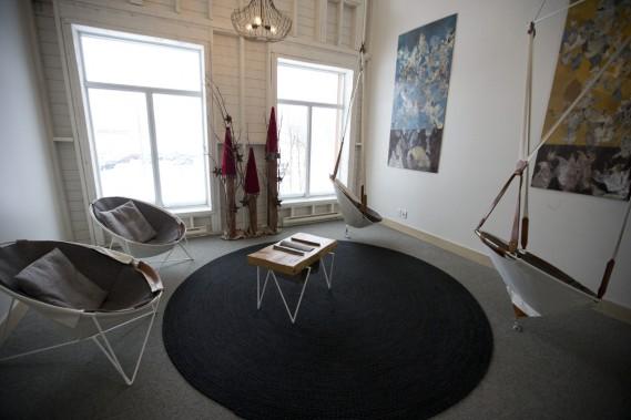 Les chaises suspendues de Félix Guyon se trouvent dans un espace commun du pavillon Le Clos de l'hôtel. (Photo François Roy, La Presse)