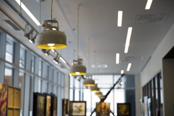 Les lampes l'Allumeuse de Félix Guyon illuminent le Café de la gare. (Photo François Roy, La Presse)