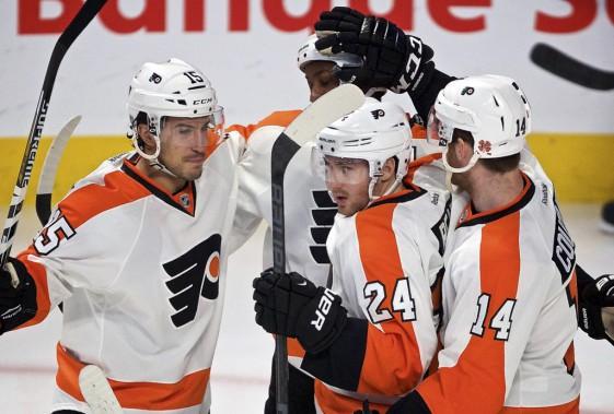 L'attaquent des Flyers est félicité par ses coéquipiers Sean Couturier et Michael Delzotto. (André Pichette, La Presse)