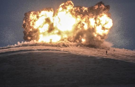 l'instant précis d'une attaque aérienne contre des positions du groupe armé État islamique (EI) sur une colline de la ville de Kobané, en Syrie, en octobre 2014. (PHOTO BULENT KILIC, AFP)