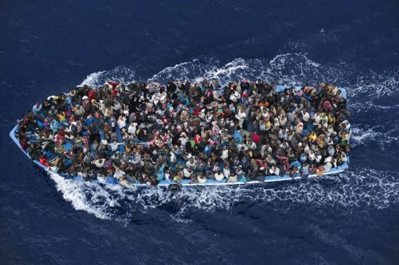 Alors qu'hier encore on annonçait la disparition en mer de plus de 300 migrants partis des côtes libyennes pour rejoindre l'île italienne de Lampedusa, cette photo montrant des naufragés secourus par les gardes-côtes italiens, le 7 juin dernier, a été récompensée. Plus de 3000 migrants ont trouvé la mort en Méditerranée en 2014, selon l'Organisation internationale pour les migrations. (PHOTO MASSIMO SESTINI, ARCHIVES AP)