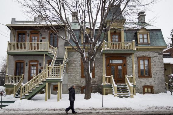 La propriété est divisée en deux. À gauche, il y a deux logements. À droite, le cottage occupé par le couple. Les murs extérieurs avaient été recouverts de 10pouces de ciment. On a dégarni jusqu'aux pierres. Puis on a refait les joints. (PHOTO OLIVIER PONTBRIAND, LA PRESSE)