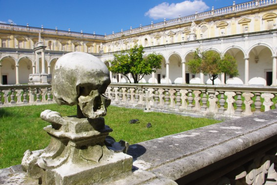 Des crânes sculptés ornent la clôture du cimetière du monastère de San Martino. (PHOTO MARIE TISON, LA PRESSE)