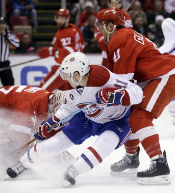 Brendan Gallagher se fait bousculer par l'aillier des Wings Luke Glendening. (Photo Carlos Osorio, AP)