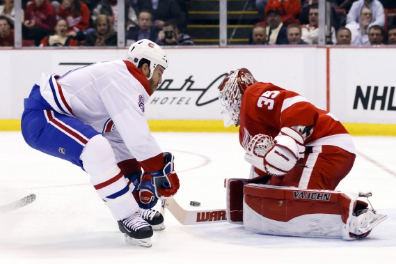 Jimmy Howard bloque le tir de Brandon Prust.  (Photo Rick Osentoski, USA Today)
