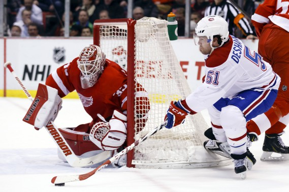 David Desharnais tente de surprendre Jimmy Howard de l'arrière du but.     ()