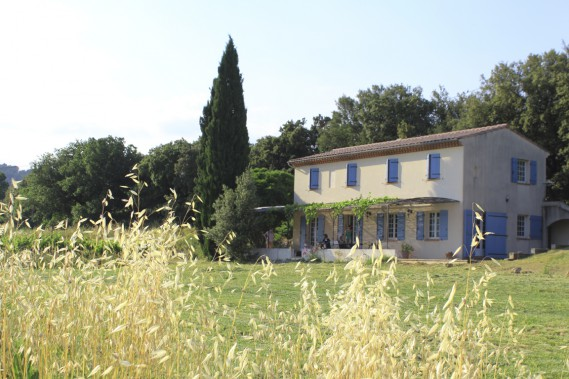 Situé dans le Var, l'emplacement géographique de La Bastide des Muscatelles sert quiconque veut faire le tour de la Provence. Au milieu des vignes, c'est l'endroit parfait pour apprécier le calme et la sérénité des lieux, jouer à la pétanque tout en buvant une tomate (pastis et grenadine). L'autoroute n'est qu'à 12 km. (Photo Jean-Marc Charron-Aubin, La Presse)