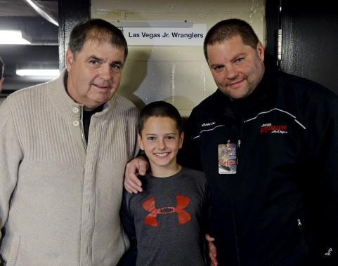 Pierre, Max et Éric Lacroix, trois générations de passionnés du hockey réunis pour une rare fois à Québec, car la famille vit maintenant à Las Vegas. Pierre Lacroix est un ancien dg des Nordiques de Québec. (Le Soleil, Erick Labbé)