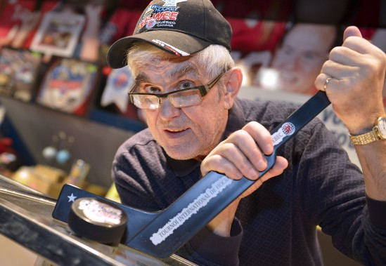 Ghislain Bérubé tient une boutique d'articles souvenir du tournoi pee-wee. (Photo Le Soleil, Yan Doublet)