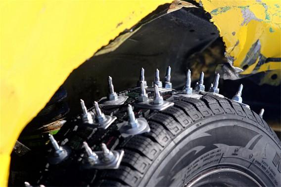 Les clous installés sur les pneus de voitures proviennent de chenilles de motoneiges et mesurent près de 4 cm. (Photo Bruno Dorais, magazine Pole-Position)