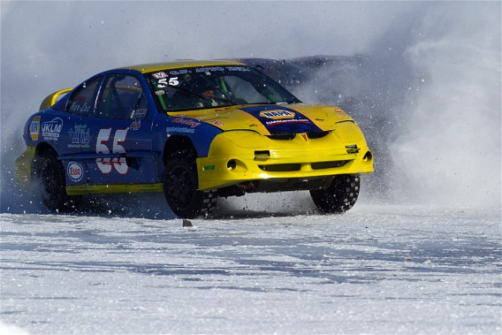 Les voitures peuvent «gruger» la surface glacée de près de 20 centimètres au terme d'une journée de course. (Photo Bruno Dorais, magazine Pole-Position)