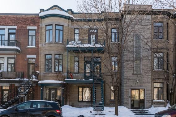 Le condo est situé au troisième et dernier niveau, auquel on accède par un escalier intérieur de cet immeuble datant de 1900. Des plans pour une terrasse sur le toit sont déjà faits et approuvés par la Ville et les copropriétaires. Il est à distance de marche du métro et de nombreux services. (PHOTO FOURNIE PAR MARIE-HÉLÈNE GOYETTE POUR IMMOPHOTO)