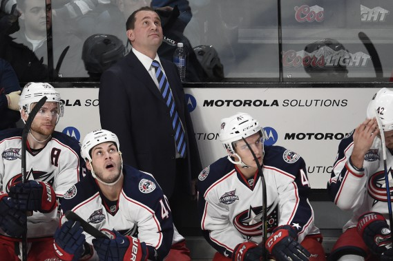 L'entraîneur des Blue Jackets regarde attentivement le tableau indicateur. (PHOTO BERNARD BRAULT, LA PRESSE)