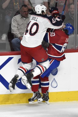 Christian Thomas se fait frapper par l'attaquant des Blue Jackets Jared Boll. (PHOTO BERNARD BRAULT, LA PRESSE)