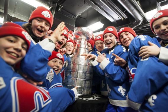 Les petits Nordiques on eu la surprise de trouver la coupe Stanley dans leur vestiaire. (Photo Le Soleil, Caroline Grégoire)