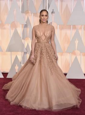 Est-ce que Jennifer Lopez est déjà passée inaperçue sur un tapis rouge ? Un look cendrillon pour la chanteuse et actrice, qui a opté pour une tenue d'Elie Saab. (Photo AP)