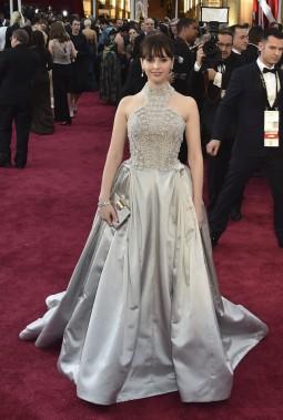Le look de Felicity Jones est loin d'avoir fait l'unanimité sur les réseaux sociaux, entre autres parce que cette robe d'Alexander McQueen n'est pas des plus flatteuses. (AFP)