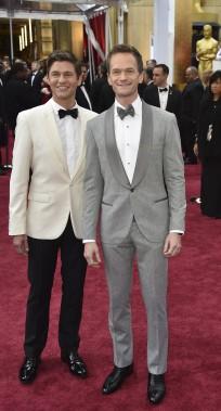 Neil Patrick Harris, l'animateur de la soirée, et son mari David Burtk (Photo AFP)