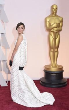 Lorsque Marion Cotillard a reçu l'Oscar de la meilleure actrice, elle avait une robe blanche. C'était encore le cas dimanche soir, avec une tenue signée Dior Haute Couture. (Photo AFP)