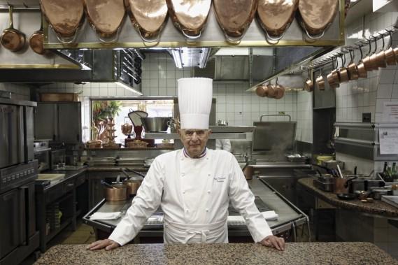 Paul Bocuse, chef mythique, dans la cuisine de son restaurant l'Auberge du Pont de Collonges. (Photo Laurent Cipriani, AP)