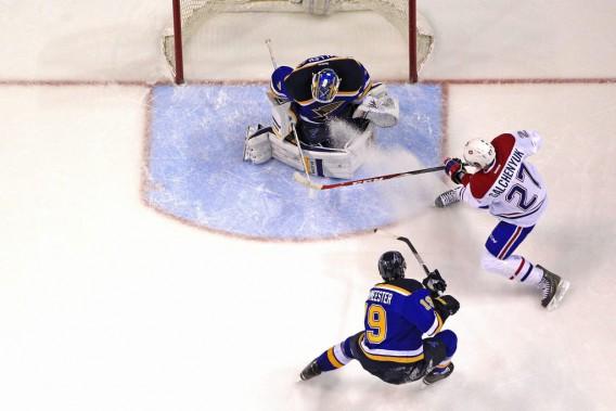 Jake Allen stoppe un tir d'Alex Galchenyuk. (AP)