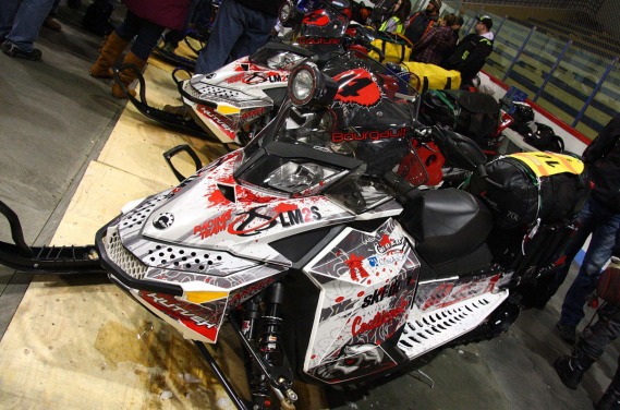 Les machines du duo québécois Luc Bourgault et Joël Couture pèsent plus de 500 kilos quand elles sont prêtes à prendre d'assaut l'Aventure de Caïn. À l'achat, une motoneige Ski-Doo Freeride ne pèse pourtant que 205 kilos. (Photo fournie par L'Aventure de Caïn)