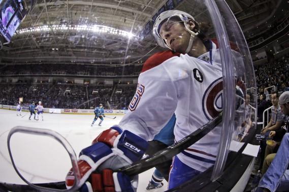 Le nouveau défenseur des Canadiens Jeff Petry est écrasé dans la baie vitrée en 2e période. (AP)