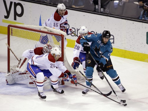 Joe Thornton menace le filet de Carey Price en 1re période. (AP)