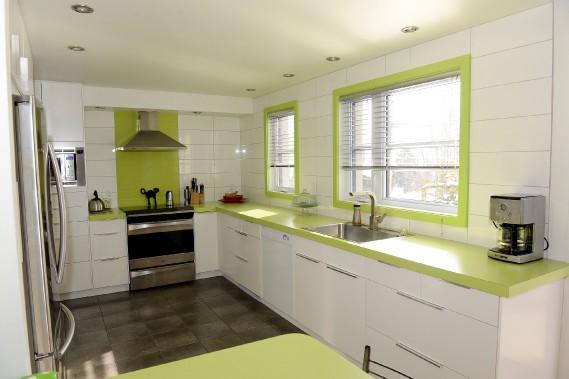 Le vert limette a été choisi pour égayer les armoires IKEA de la cuisine. (Le Soleil, Erick Labbé)